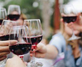 Brinde com copos de vinho do Porto entre amigos à mesa