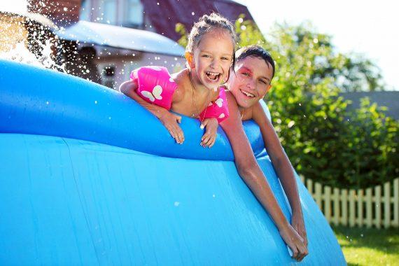 Crianças numa piscina insuflável